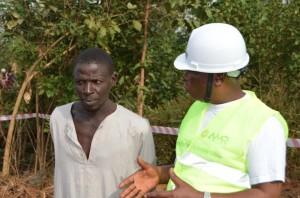 Le chef de la communauté de Kassan Go en discussion avec M. Diallo Thibali, Directeur Départemental de l'Environnement
